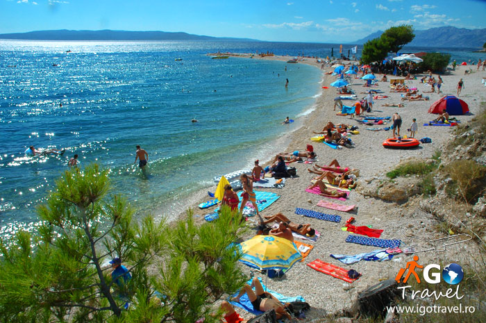 ralaxing tourists makarska beach